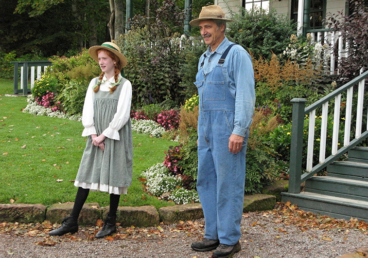 Actors playing Anne Shirley and Matthew Cuthbert from Anne of Green Gables at the Green Gables Museum in Cavendish, Prince Edward Island | Photo: Smudge 9000, Wikimedia Commons